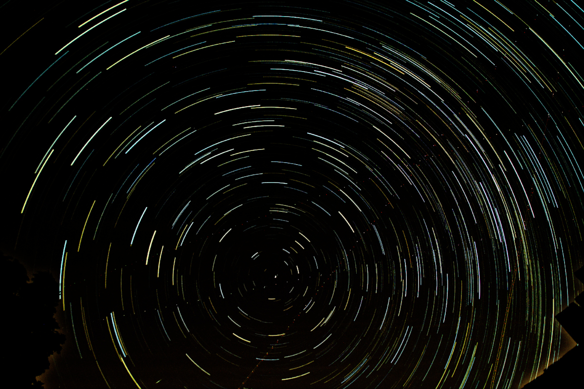 The star trail when sky glow has been subtracted from each individual frame before merging, with curve adjustments at the edge
